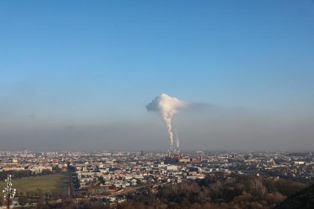 Taki widok nad Krakowem nie wróży nic dobrego. Dane pokazują, że widzimy go jednak znacznie rzadziej niż kilka lat temu.
