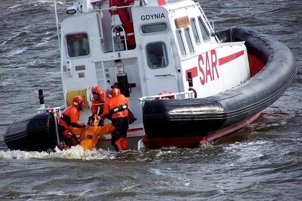 Morscy ratownicy Służby SAR od maja zarabiają o 5 proc. mniej. Wiadomość jest szokująca, bo ludzie ratujący życie na morzu w Polsce od lat zarabiają skandalicznie mało. - Prawdopodobnie jesteśmy jedyną w naszym kraju  budżetową grupą zawodową, która zamiast podwyżek, ma obniżone wynagrodzenie - piszą przedstawiciele związków zawodowych skupiających pracowników Służby SAR.