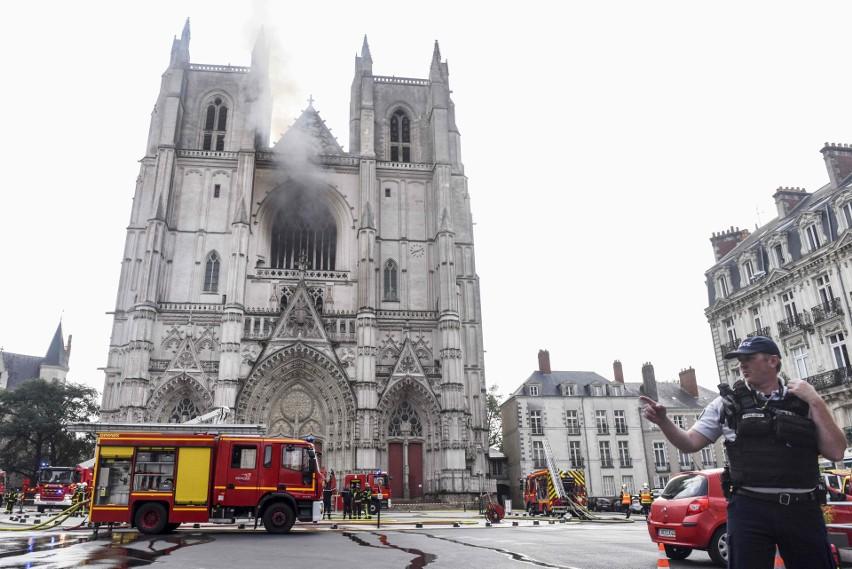 Francja: zakończyła się  dramatyczna walka strażaków z pożarem katedry w Nantes. Śledczy: to było podpalenie