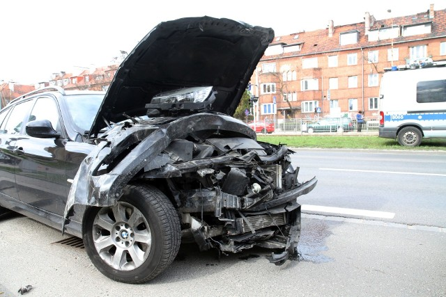 Wypadek na skrzyżowaniu al. Hallera i ul. Ojca Beyzyma