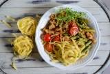 Pomysł na obiad. Szparagi z kurczakiem i makaronem wstążki  [PRZEPIS]