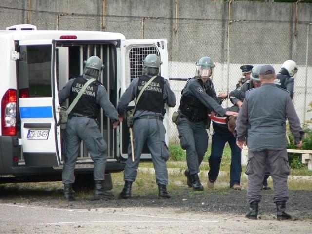 Bunt i pozar w wiezieniuOsadzeni zbuntowali sie, zabarykadowali w stolówce i podpalili kuchnie - to scenariusz cwiczen w wiezieniu w Plotach.