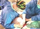 GUZ-GIGANT! Oto, co ginekolodzy z Oświęcimia wycięli 25-letniej pacjentce! Guz jajnika ważył... 30 kg [ZDJĘCIA]
