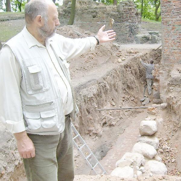 Archeolog dr Antoni Pawłowski pokazuje, że w południowym skrzydle zamku odsłonięta jest część piwnic i fundamentów