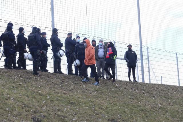 Gdy kibice Polonii Bytom przyszli pod stadion na Olimpijskiej interweniowała policjaZobacz kolejne zdjęcia. Przesuwaj zdjęcia w prawo - naciśnij strzałkę lub przycisk NASTĘPNE