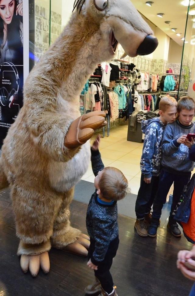 W niedzielę (10 grudnia 2017 r.) Centrum Handlowe Wzorcownia we Włocławku zaprosiło dzieci na spotkanie z bohaterami bajek. Można było spotkać leniwca Sida, a także Wiewióra, którzy pozowali do zdjęć. Od kilku dni w głównym holu na maluszków czekają też mamut Maniek i tygrys Diego. W trakcie całego dnia było sporo zabawy i różnego rodzaju gier. Atrakcji nie brakowało.Lodowisko OSiR Włocławek przy ul. Wysokiej (10.12.2017)