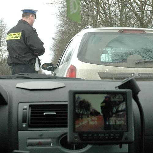 """Policja apeluje tak do kierowców, jak i do pieszych o większą ostrożność. Na drogach panuje spory ruch, lepiej zwolnić i wrócić do domu """"w jednym kawałku"""""""