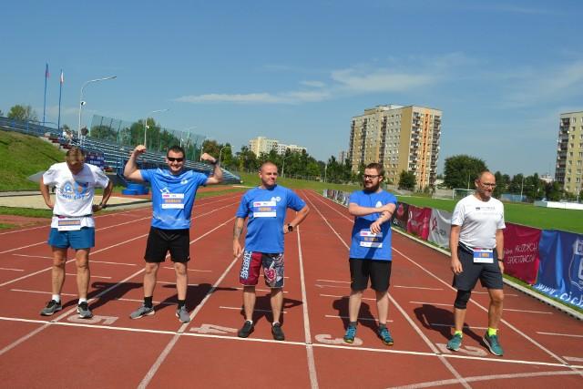 W Chorzowie odbył się bieg Niebieska mila. Uczestnicy musieli okrążyć stadionowe boisko aż cztery razy. Świetnie sobie poradzili i dobrze się bawili. Zobacz kolejne zdjęcia. Przesuń zdjęcia w prawo - wciśnij strzałkę lub przycisk NASTĘPNE