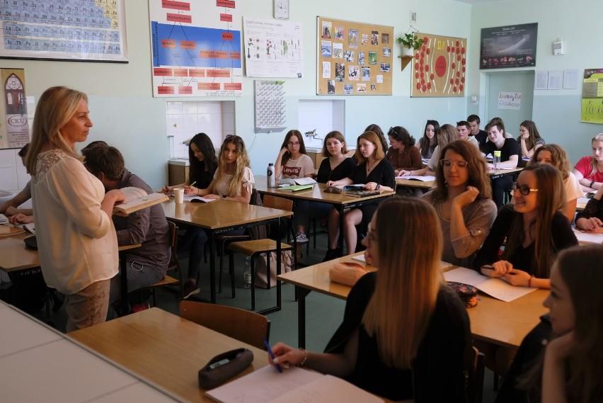 Obecne przepisy stanowią, że nauczyciele mogą przejść na...