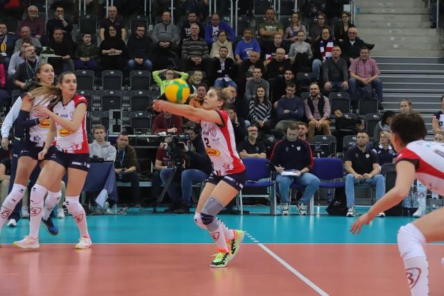 Odbiera Julia Nowicka, przypatrują się koleżance Anastasyia Kraiduba i Małgorzata Śmieszek