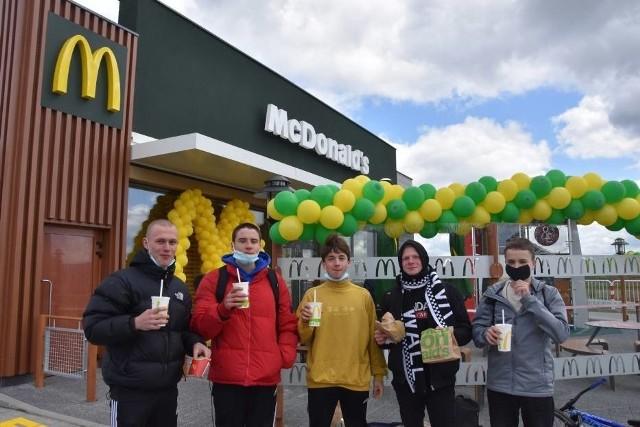 Przed restauracją spotkaliśmy grupę chłopaków, którzy na otwarcie McDonalda czekali aż od godziny 3 w nocy! Jak wspominała w rozmowie właścicielka lokalu, przez ten długi czas oczekiwania młodzi ludzie wcale się nie zniechęcili, i zostali na miejscu aż do samego otwarcia. Chłopcy byli pierwsi, a kolejni ludzie zaczęli za nimi ustawiać się w kolejce w godzinach porannych.