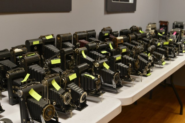 """Otwarcie wystawy fotograficznej """"Moja Prezentacja"""" w Centrum Kultury w Jędrzejowie. Zaprezentowane zostaną też aparaty podarowane muzeum."""