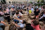 Poznań: Runęła wieża Gargamela na placu Wolności! Malta Festival rozpoczyna się z wielkim hukiem [ZDJĘCIA]