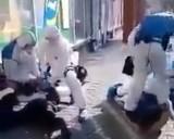 Krzyczeli, że mają koronawirusa i opluli kasjerkę w sklepie! W akcji policja w kombinezonach! WIDEO