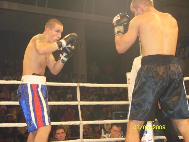 Pięściarz z Tarnowa Dariusz Sęk (z lewej) w sobotę w Wieliczce zmierzy się z Tanzańczykiem Francisem Cheką