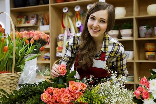 Zarobki kobiet w pierwszym roku pracy