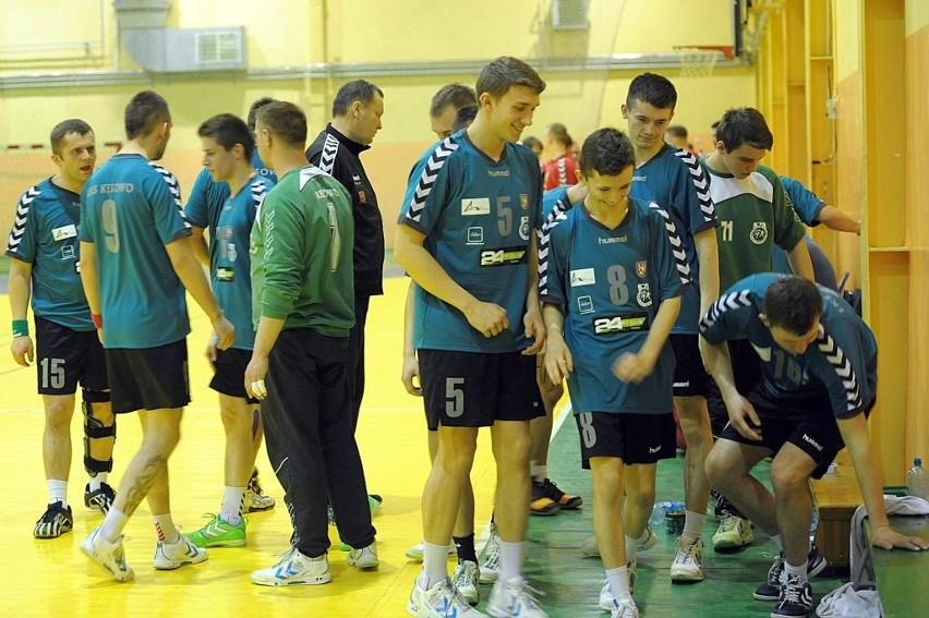 W Kęsowie jeszcze bardziej postawią na młodzież. Z nr 5 Ryszard Szmagliński, obok Damian Kapłanowski (8).