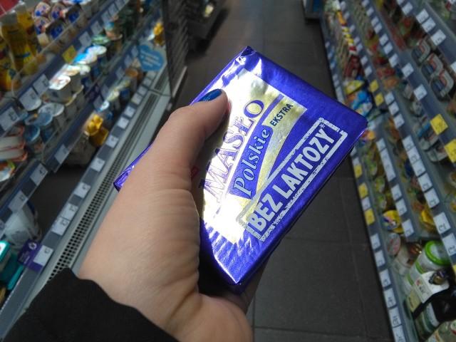 - Ze względu na cenę, niestety, wybieram miksy tłuszczowe albo specjalnie chodzę do marketu - mówi Anna Jaworska, jedna z klientek w Toruniu. Przyznaje, że to tam najbardziej widać spadające ceny.Wyczekiwane obniżki cen masła stają się odczuwalne dla kieszeni klienta. Na sklepowych półkach pojawiają się coraz większe promocje i stałe obniżki. Ile kosztuje kostka masła na początku 2018 roku - sprawdziliśmy w marketach i osiedlowych sklepach.