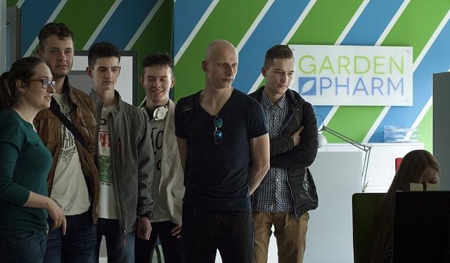 Uczniowie podczas Dnia Przedsiębiorczości zobaczyli jak pracuje się w GardenPharm, jednej z radomskich firm.