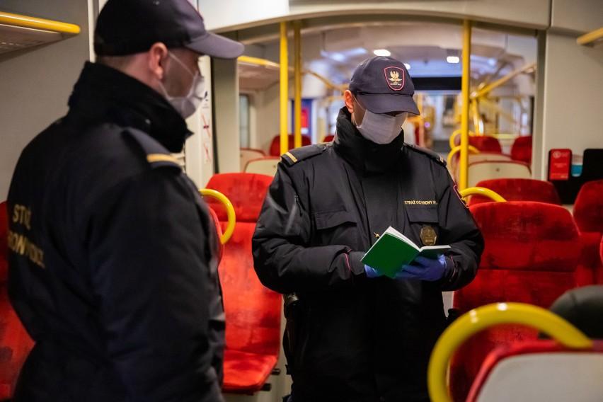 Funkcjonariusze Straży Ochrony Kolei dbają o bezpieczeństwo pasażerów.