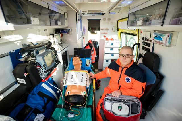 """Gdy resuscytacja trwa długo ratownik nie jest w stanie cały czas generować takiego samego ucisku na klatkę piersiową pacjenta, potrafią to tzw. """"mechaniczne ręce"""". Na zdjęciu urządzenie do mechanicznej kompresji klatki piersiowej prezentuje Jakub Fijak, bydgoski ratownik medyczny."""