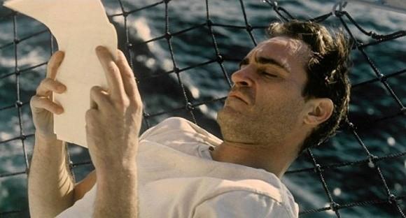 """Kadr z filmu """"Mistrz"""" Paula Thomasa Andersona z udziałem Joaquina Phoenixa znalazł się w puli udostępnionych filmów"""
