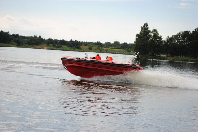 Za sterami tej najszybszej  łodzi ratunkowej Włodzimierz Gajewski, czynny strażak i wiceprezes OSP, WOPR-owiec, odpowiedzialny latem m.in. za  bezpieczeństwo na Zalewie Koronowskim