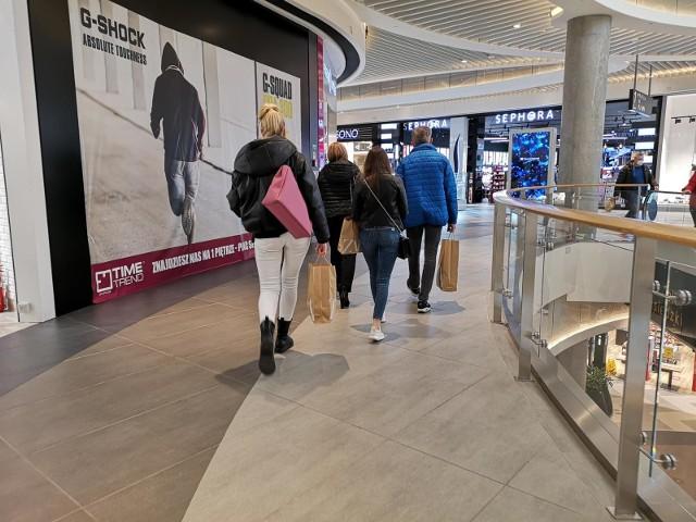 Pracownicy, zatrudnieni w sklepach w galeriach handlowych, liczą, że 4 maja ich sklepy zostaną otwarte. Na razie w centrach handlowych prawie pustki. Czynne są m.in. sklepy spożywcze, drogerie, apteki, saloniki prasowe.