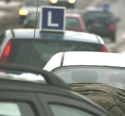 """Prócz """"L-ek"""" na łomżyńskich numerach powszechne są auta z Ostrołęki, Ostrowi Mazowieckiej, Warszawy i innych miast."""