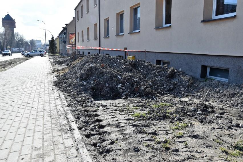 Mieszkańcy ul. Oleskiej w Opolu mają zastrzeżenia do tego, że prac przy ich domach nie zrealizowano przy okazji remontu tej drogi. Wskazują też, że wyjazdy z podwórek są za wąskie.