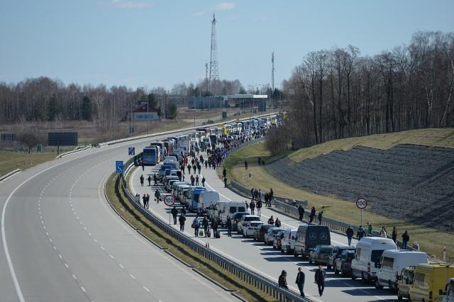 W nocy z 14 na 15 marca Polska zamknęła granicę z Ukrainą w Medyce, Krościenku i Budomierzu. Cały ruch graniczny skierowano do Korczowej. Przed granicą w Korczowej, na autostradzie A4 ustawiła kilkukilometrowa kolejka.Zobacz też: - Koronawirus na Podkarpaciu. Zamknięte polsko-ukraińskie przejście graniczne w Medyce [ZDJĘCIA]- Koronawirus Przemyśl. Zamknięte sklepy w Galerii Sanowa w Przemyślu [ZDJĘCIA]- Przemyśl. Ze sklepowych półek znikają środki czystości i żywność [ZDJĘCIA]