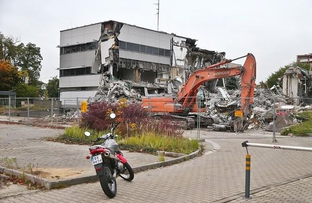 Wyburzanie biurowca przy Legnickiej 36 we Wrocławiu.