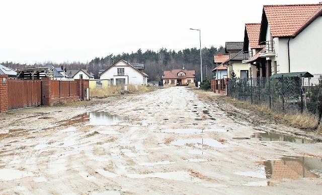 Ulica Malinowa to wąska, gruntowa droga