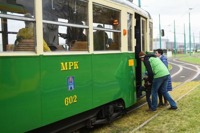 Zabytkowe tramwaje i autobusy linii 0 i 100 wracają na linie
