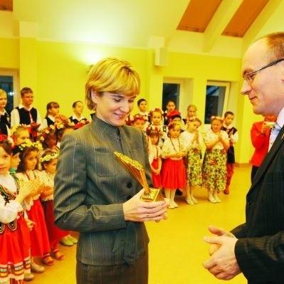Małgorzata Sałęga odbierając nagrodę od starosty podkreśliła, że na sukces zespołu pracuje wiele osób