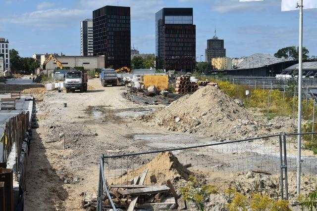 Nowa siedziba magistratu miałaby stanąć na tej pustej parceli koło dworca Łódź Fabryczna (zdjęcie z sierpnia 2020 r.).