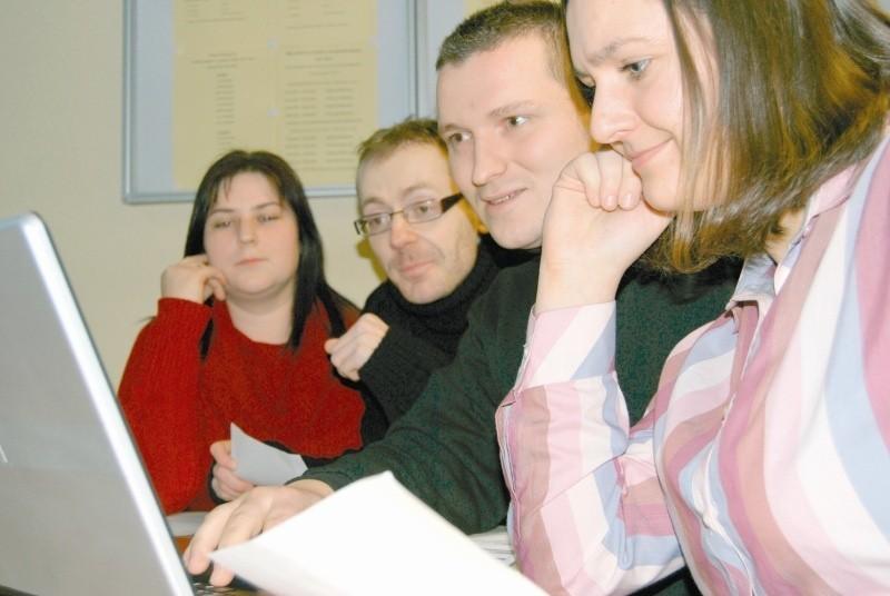 Lucyna Czapaj (od prawej), Przemysław Czapaj, Dariusz Stanuchowski i Kamila Kiebza, studenci WSZiA, sprawdzą swoje  biznesowe pomysły w grze internetowej. (fot. Katarzyna Błońska)