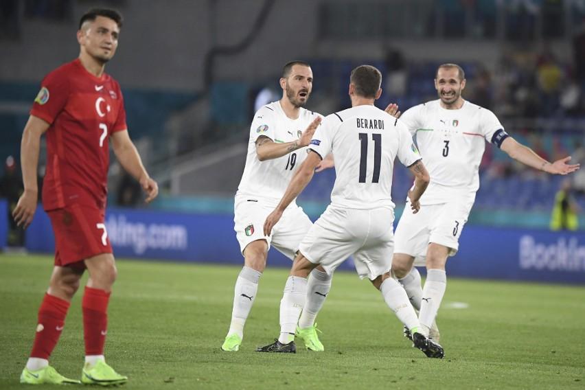 W pierwszym meczu Euro 2020 Włosi (na biało) rozbili Turcję....