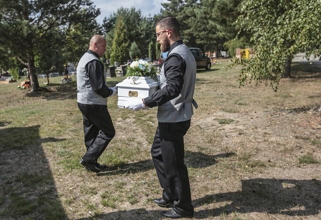 W czwartek, 6 września, na cmentarzu w Otyniu został pochowany zamordowany niemowlak wyłowiony z Odry w Nowej Soli. Na maleńkiej trumience był napis Chłopczyk Jasiu. Maluszka przyszło pożegnać kilka osób. Na ceremonię pogrzebową na cmentarzu w Otyniu przyszło kilku mieszkańców. Chcieli pożegnać maluszka nazwanego przez prokuratorów Jasiu. Nie chcieli, żeby był sam w swojej ostatniej drodze. Przyszła prokurator Ewa Antonowicz, zastępca prokuratora rejonowego w Nowej Soli. Na grobie Jasia położyła kwiat. Prokurator Antonowicz prowadzi trudne śledztwo dotyczące śmierci Jasia.Ceremonia pogrzebowa była skromna, ale gustowna. Dwa małe wieńce stały przy trumience. Odbyła się krótka msza w kaplicy pogrzebowej. Jasia do grobu odprowadzono przy dźwiękach trąbki. W ciszy i smutku. Na maleńkiej białej trumience widać było napis Chłopczyk Jasiu. Noworodek na zawsze spoczął w małym grobie.Wszystko zaczęło się, 18 czerwca. Torbę płynącą Odrą na wysokości Parku Krasnala wyłowił wędkarz. W środku były zwłoki noworodka. Już wiadomo, że maluszek urodził się w okolicach 7 lub 8 miesiąca ciąży. Sekcja zwłok i badania wykazały, że Jasiu urodził się zdrowy. Wyniki badań są wstrząsając. Jasiu po porodzie został brutalnie zamordowany. Zabójca przebił noworodkowi gardło i krtań ostrym narzędziem. Po wszystkim owinął maluszka w pieluchę tetrową i zapakował w reklamówkę. Maluszek został włożony do torby od wózka i wrzucony do Odry.Noworodek mógł dryfować Odrą nawet kilkanaście dni. Mógł płynąć tak długo, bo torba jest nieprzemakalna i nie nasiąkała wodą. Prokuratura bierze również pod uwagę to, że Odra ma liczne zakola, w których torba z noworodkiem przez jakiś czas mogła się zatrzymać. Mógł więc zostać wrzucony gdzieś w pobliżu Nowej Soli.Śledztwo jest prowadzone pod kątem zabójstwa dziecka. Prokuratura ma zabezpieczony materiał DNA noworodka oraz jeszcze jednej osoby. To pozwoli śledczym na bardzo dokładną identyfikację z matką dziecka.Zobacz też wideo: W Krzeszycach działała ogromna fabryka