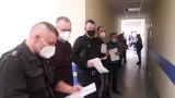 Strażacy zawodowi i ochotnicy z Inowrocławia i powiatu inowrocławskiego przyjmują dawki szczepionki przeciw koronawirusowi