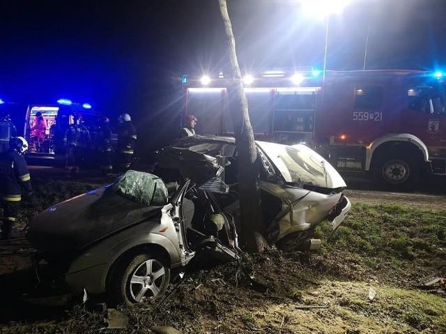 W piątek, 10 kwietnia około godz. 22 na drodze pomiędzy Kruszewem a Sarbią (powiat pilski) samochód osobowy wypadł z drogi i uderzył w drzewo. W wypadku zginęła 19-letnia pasażerka. 20-letni kierowca został ranny i trafił do szpitala. Zobacz więcej zdjęć ---->