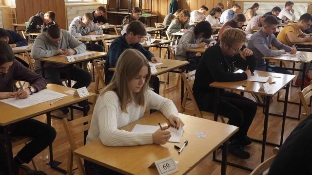 We wtorek rozpoczęły się próbne matury w I Liceum Ogólnokształcącym w Koszalinie. Uczniowie mieli okazję sprawdzić swoją wiedzę z języka polskiego, dziś będą sprawdzać kompetencje z matematyki. Próbne matury potrwają do końca tygodnia.