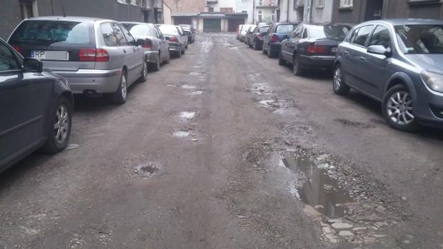 Ulica przed pracami wykonanymi przez Zarząd Dróg Miejskich.