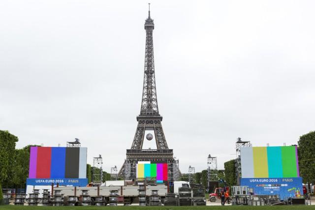 Pod wieżą Eiffla pomieszczą się 92 tys. fanów piłki nożnej