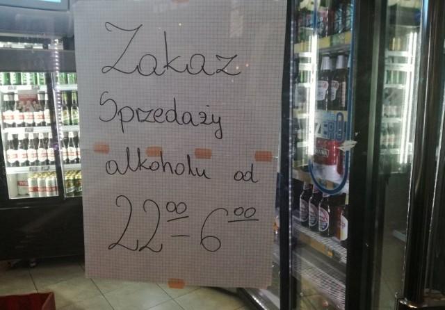 Uchwałę o nocnej prohibicji katowicka Rada Miasta przegłosowała na początku lipca. Natomiast dziś, 25 lipca, przepisy wchodzą w życie i zaczynają oficjalnie obowiązywać. To znaczy, że od dziś od godz. 22. w sklepach w centrum Katowic alkoholu nie kupimy. Zakaz będzie obowiązywał aż do godz. 6 rano.