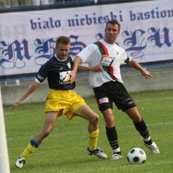We wczorajszym meczu pomocnik MKS-u Wojciech Hober (z lewej) stoczył wiele pojedynków z defensorem gospodarzy Jarosławem Zadylakiem.