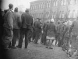 Mija pół wieku od śmierci Jerzego Tonowicza, ukrytej ofiary Grudnia 70. Syn szuka świadków zdarzenia, które spowodowało jego śmierć