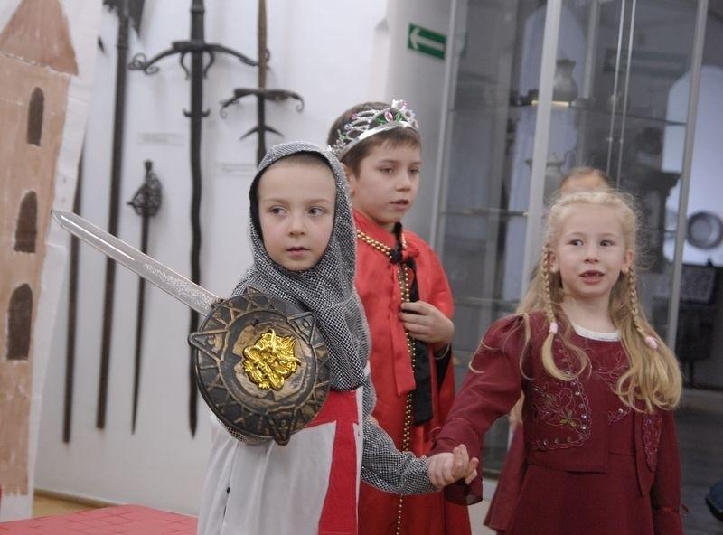 Przedszkolaki z ul. Zamkowej przygotowały dla uczestników przeglądu spektakl o Szewczyku Draterce i smoku.