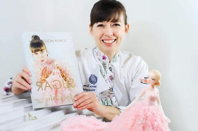 """Książka  """"Sugar Fairy Tales"""" to zaproszenie do osobistej baśni o spełnianiu marzeń. Zawiera wiele cennych wskazówek, praktycznych przykładów i technik, ciekawostek ze sztuki dekoracji tortów. Zobaczcie cukiernicze dzieła Jowity Woszczyńskiej."""