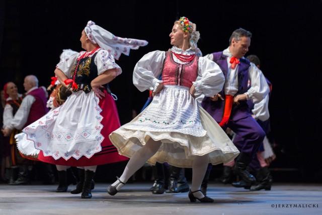 Blisko tysiąc osób w sobotę (20 października) uczestniczyło w wyjątkowy wydarzeniu. 65-lat istnienia świętował  Lubuski Zespół Pieśni i Tańca im. Ludwika Figasa.  Cóż to był za koncert! Energia, radość, moc wzruszeń. Na scenie zatańczyło 106 wykonawców z czterech grup  - obecnych i dawnych członków LZPiT.  - Najstarszy z naszych tancerzy urodził się w latach 40. i… nadal tańczy! - podkreśla nam w rozmowie jeszcze przed wielką galą kierownik artystyczny koncertu, choreograf Aniela Anna Sidło. - Jeśli chodzi o byłych członków zespołu, to z tańcem jest jak z jazdą na rowerze. Jak się nauczy jeździć, to się jeździ do końca życia. Koncert wpisał się w program samorządowych obchodów 100-lecia Odzyskania przez Polskę Niepodległości. Jak było podczas w sobotę hali CRS? Zobaczcie wyjątkową fotorelację fotografa Jerzego Malickiego. Czytaj również: Lubuski Zespół Pieśni i Tańca od 65 lat ma moc. Tancerze mówią o nim jak o rodzinie...WIDEO: Tak zapowiadano wydarzenie: